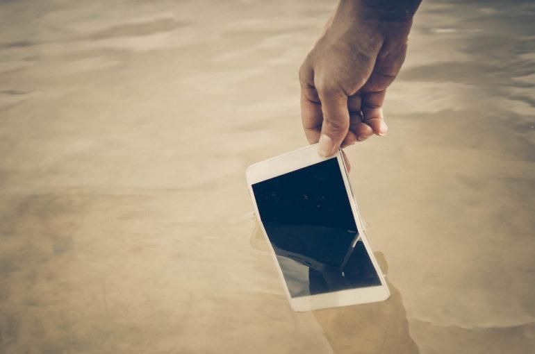 Oops! Vous avez laissé tomber votre smartphone dans l'eau – et maintenant?